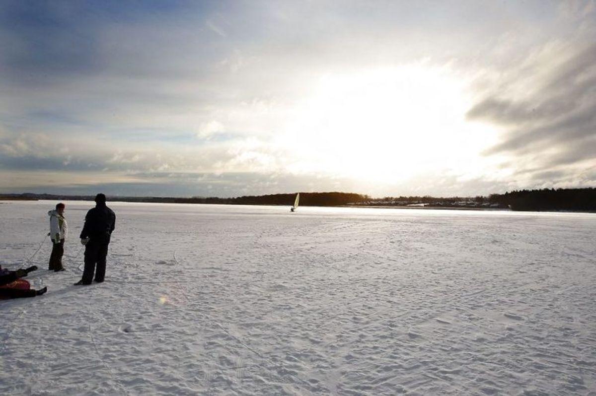Hvis en person er faldet gennem isen, har Trygfonden de følgende råd i kronologisk rækkefølge. Foto: Scanpix