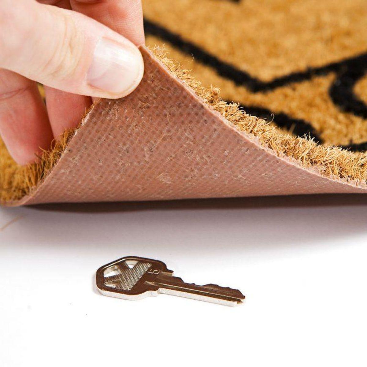 Klassikeren med at lægge den under dørmåtten er et absolut no go – det er simpelt hen for oplagt. Foto: Scanpix