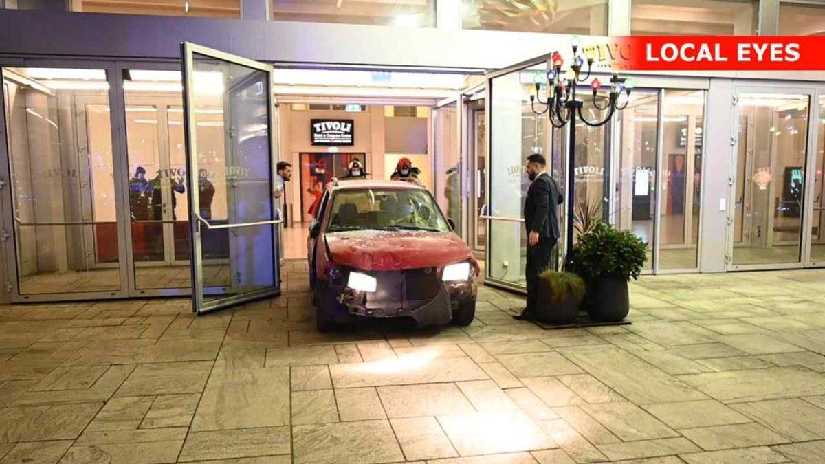 En bil bragede natten til søndag ind i Hotel Tivoli i København. KLIK FOR FLERE BILLEDER FRA STEDET. Foto: Local Eyes,