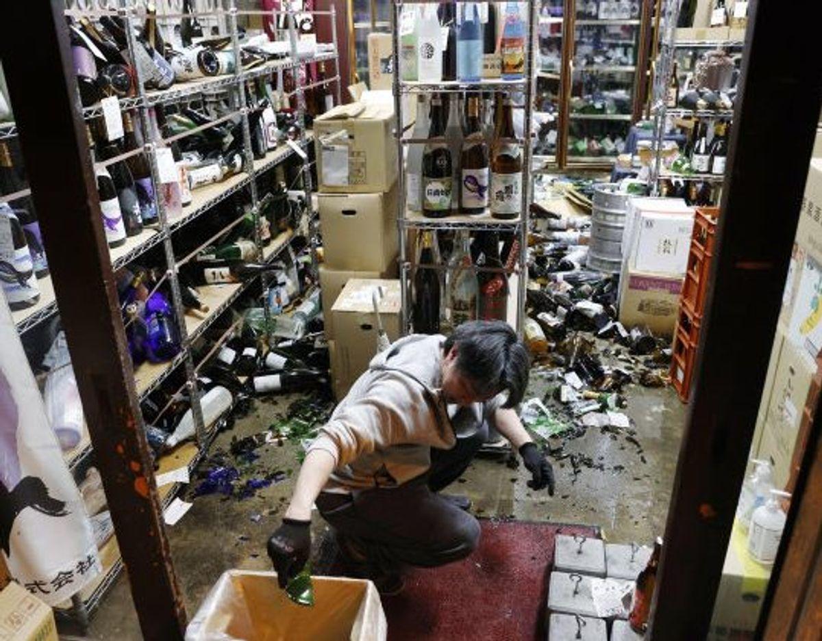 Oprydningen er i gang i en vinforretning i byen Fukushima i Japan, efter at regionen blev ramt af et kraftigt jordskælv lørdag. Foto: Unknown/Scanpix