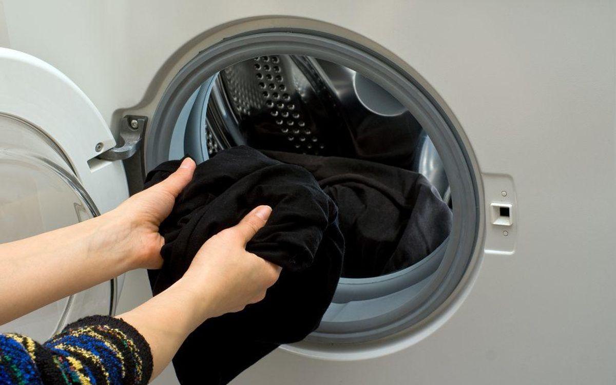 Lad aldrig dit våde tøj blive liggende i vaskemaskinen i længere tid efter det er vasket. Det kan give mug i tromlen.