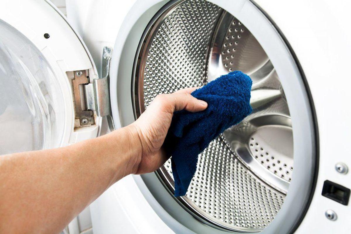 Vask aldrig en lille mængde vasketøj med mindre din vaskemaskine kan indstilles til det. Effektiviteten forsvinder og prisen for en vask bliver øget markant.