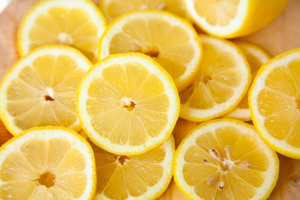 """Brug aldrig """"Kalk væk"""" eller andre afkalkningsprodukter med phosphorsyre og andre stærke syrer, hvis du skal afkalke din vaskemaskine. Du kan få ødelagt alle de interne gummipakninger. Brug i stedet afkalkningstabs eller midler specifikt til din vaskemaskine eller alternativt en spiseskefuld citronsyre i sæbeskuffen og vask en tom vask ved 60 grader."""