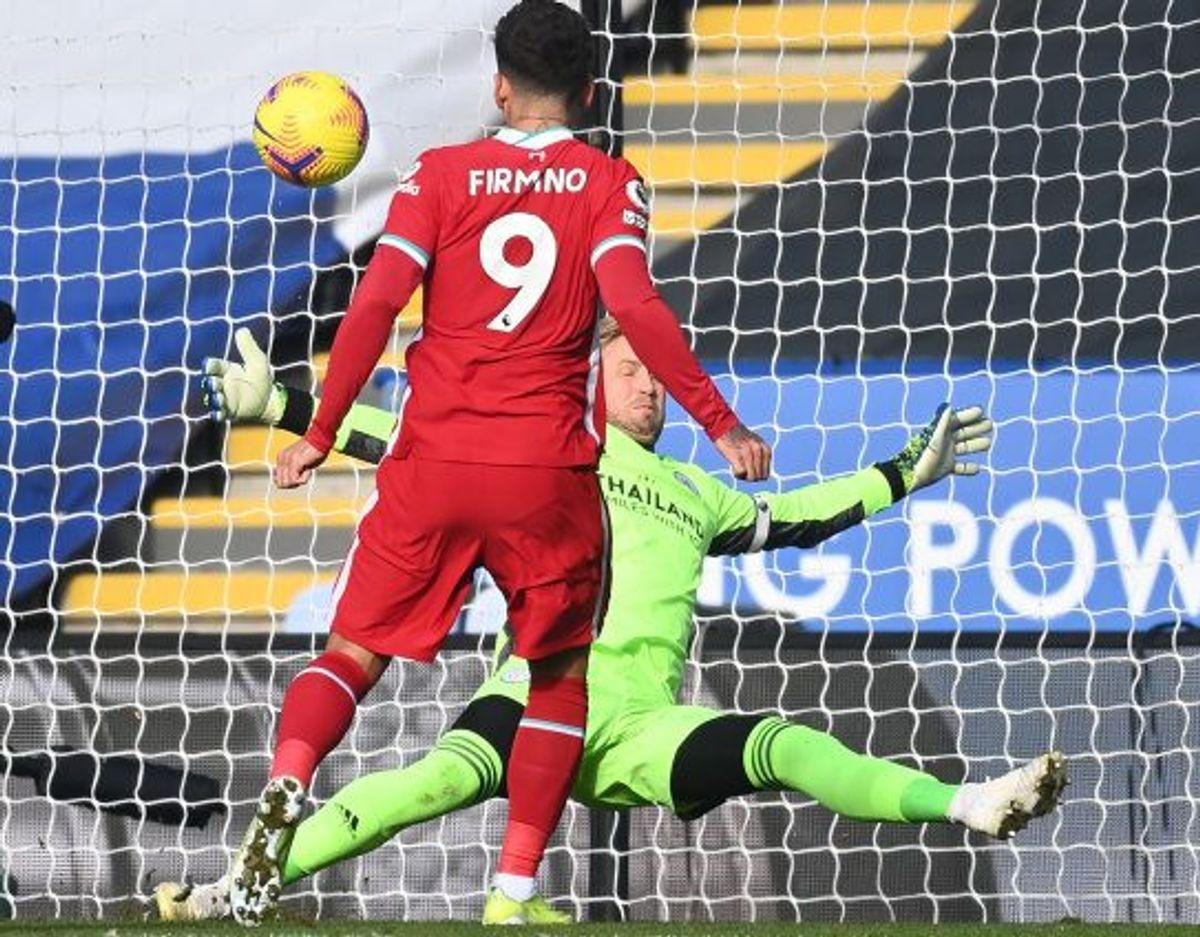 Leicester-keeper Kasper Schmeichel leverede i denne situation en flot redning på et forsøg fra Liverpools Roberto Firmino. Foto: Michael Regan/AFP