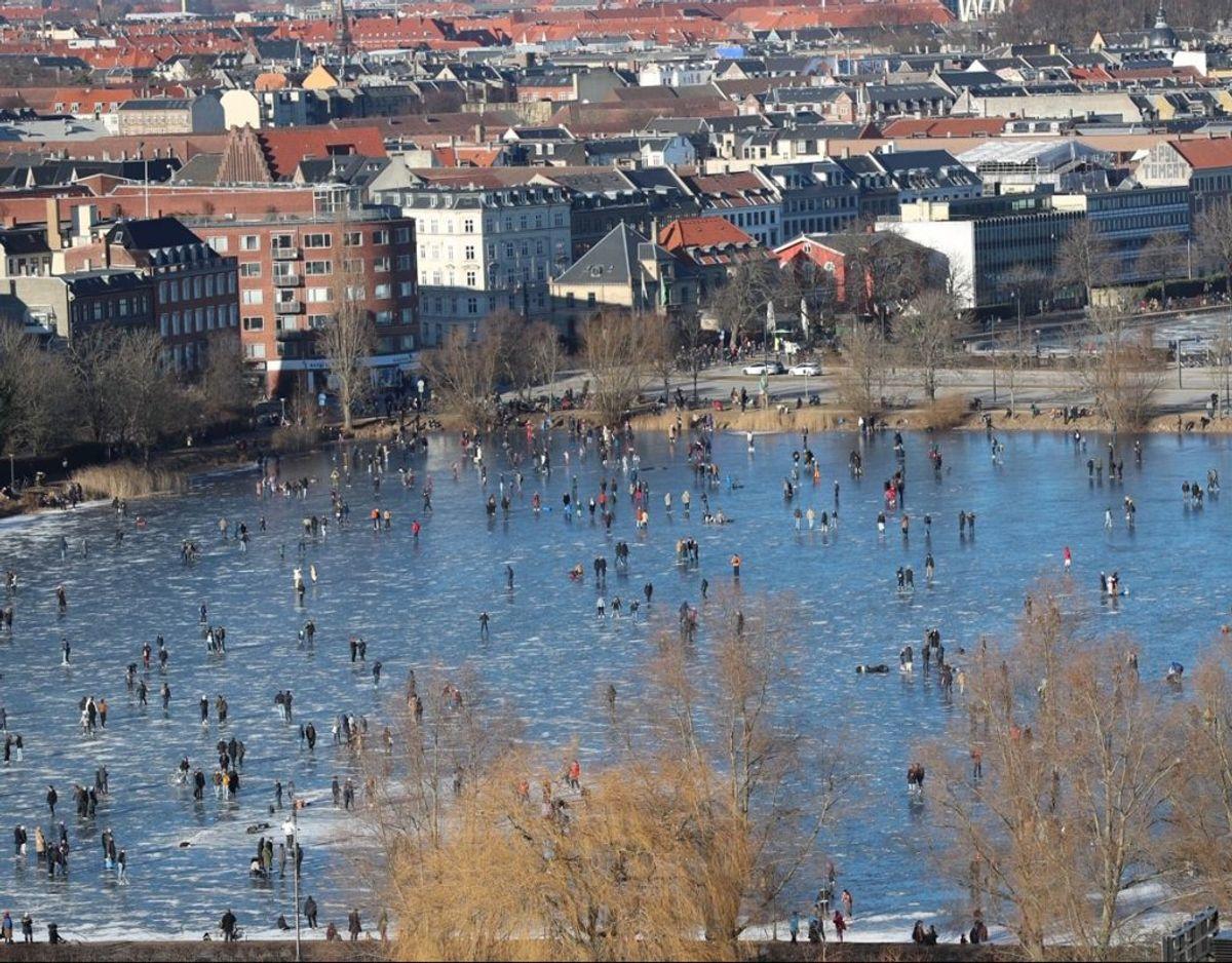 Flere københavnere har været en tur på isen lørdag eftermiddag. Her er det Sankt Jørgens Sø. KLIK FOR FLERE BILLEDER FRA DE KØBENHAVNSKE SØER. Foto: Presse-fotos.dk