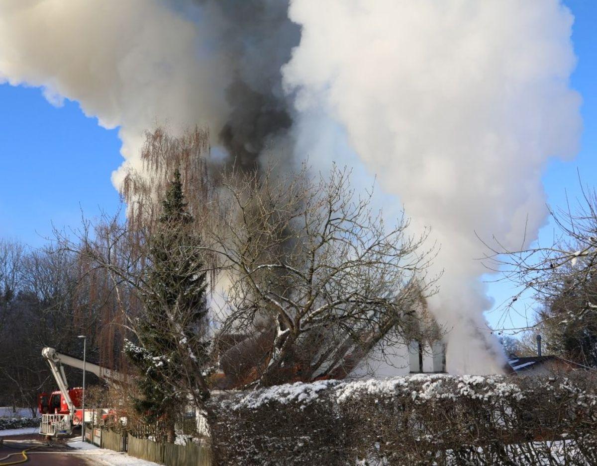 Branden udviklede en masse røg. Foto: Presse-fotos.dk. KLIK VIDERE OGS E FLERE BILLEDER
