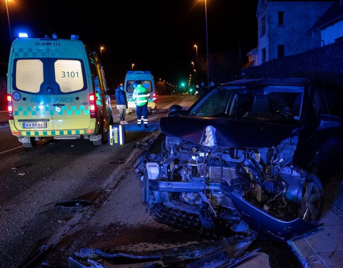 Den ene af de to biler, der blev smadret ved ulykken i Aalborg sent fredag aften. Foto: Rasmus Skaftved.