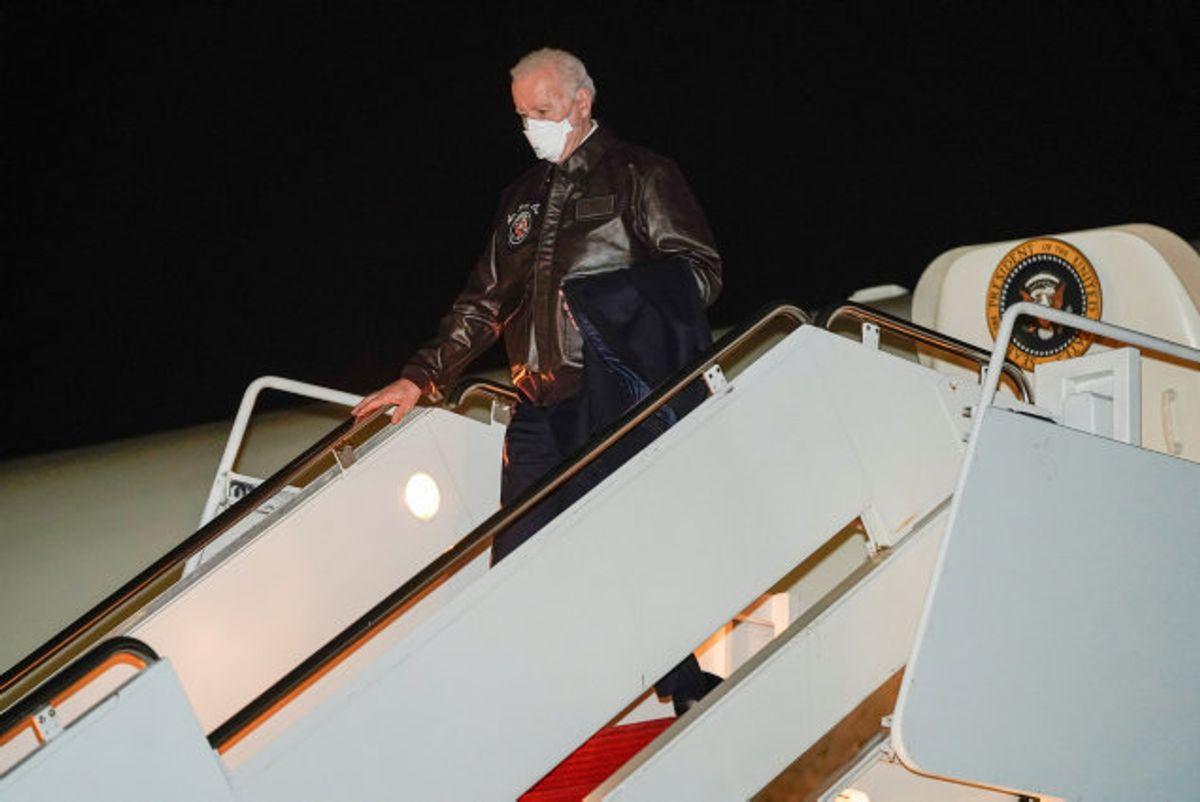 """Præsident Joe Biden ses her på vej ud af """"Air Force One"""" – præsidentens fly – på vej mod Camp David. Biden fløj til Hagerstown i Maryland og kørte derefter i bilkortege derop for at undgå problemer med dårligt vejr. Foto: Joshua Roberts/Reuters"""