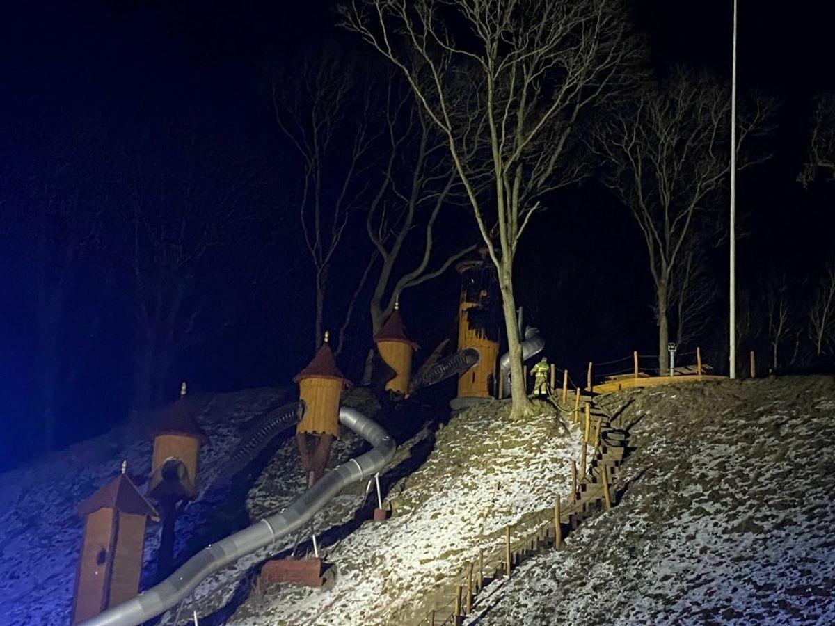 En naturlegeplads, drevet af frivillige, har fået ødelagt et tårn ved en brand. Foto: Presse-fotos.dk.