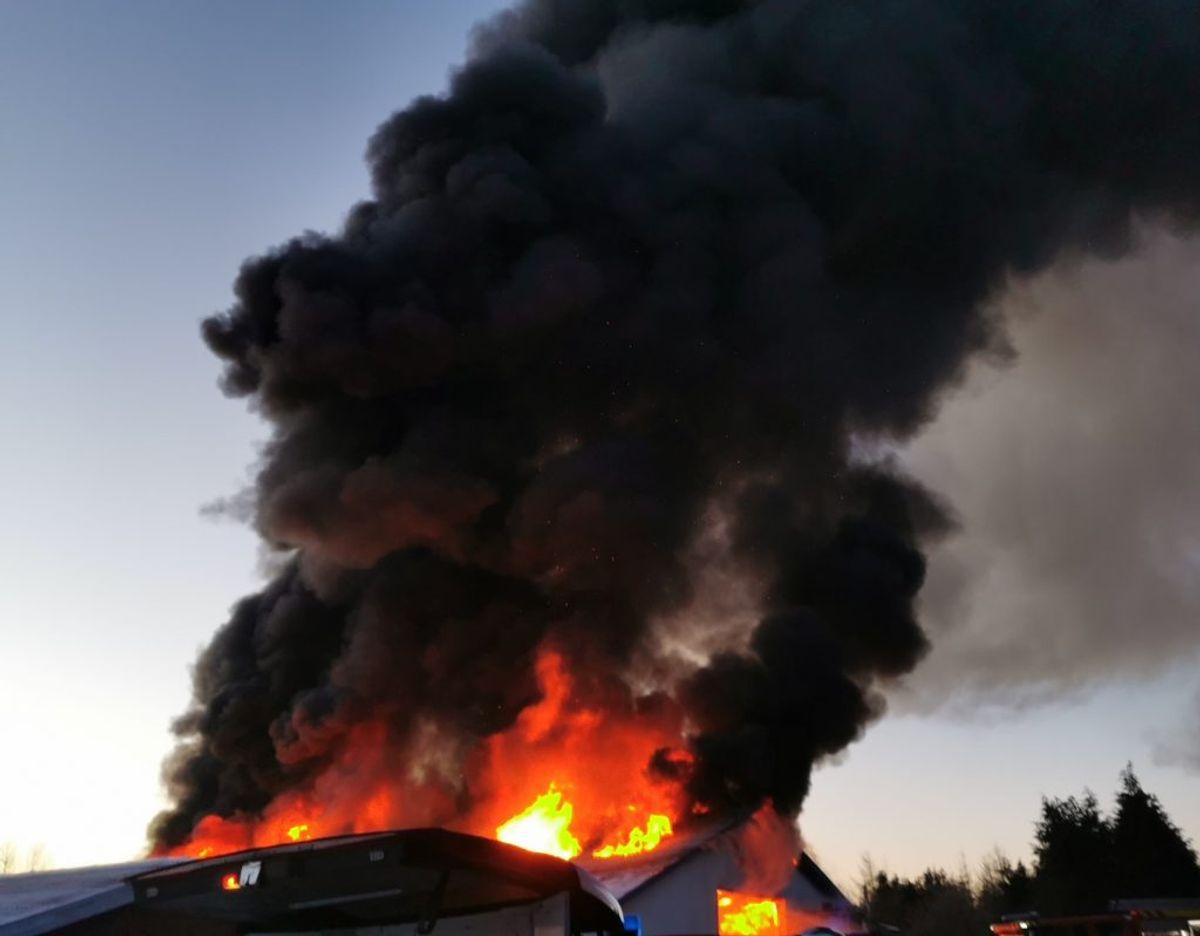 Det brænder fortsat voldsomt i et autoværksted. KLIK VIDERE OG SE FLERE BILLEDER FRA STEDET. Foto: Presse-fotos.dk