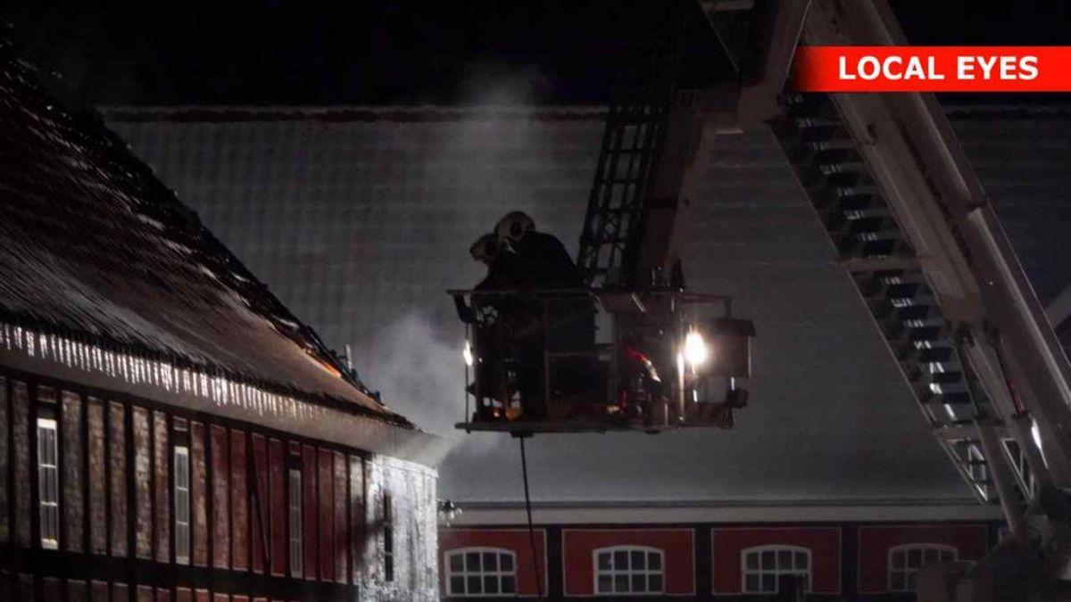 Der udbrød torsdag aften brand i en bygning ved Tirsbæk Gods. KLIK FOR FLERE BILLEDER FRA STEDET. Foto: Local Eyes.
