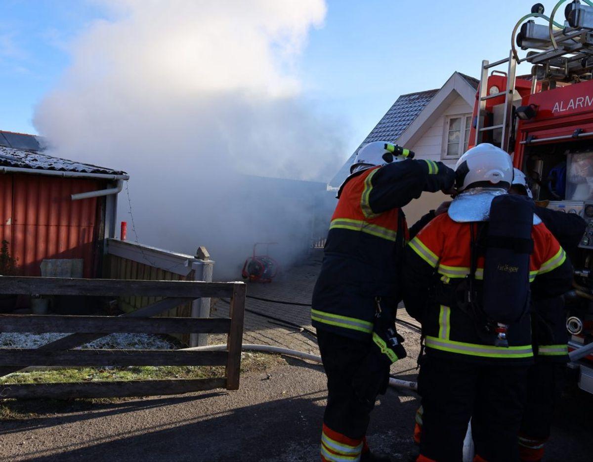 Brandfolkene havde travlt med at få branden under kontrol. Foto: Øxenholt foto