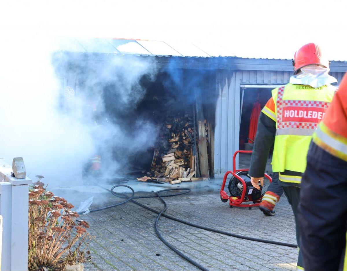Brandfolkene havde travlt med at få branden under kontrol. KLIK VIDERE OG SE FLERE BILLEDER. Foto: Øxenholt foto