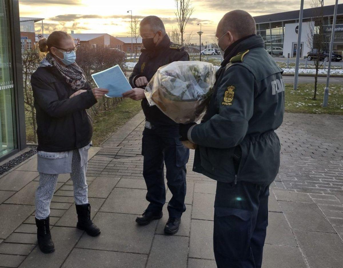 Politiet overrakte Ina Ritter 1000 kroner og en buket blomster. Foto: Nordjyllands Politi