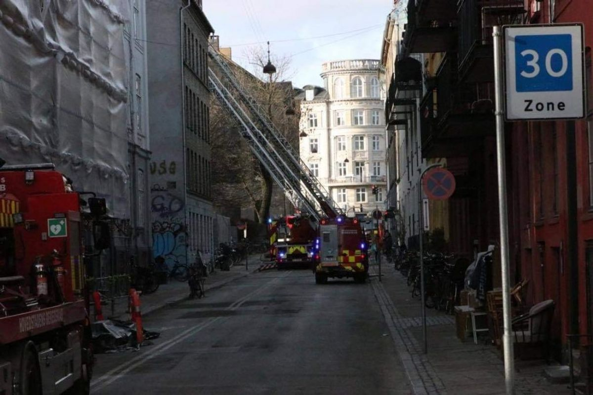 Branden er opstået i taget. KLIK FOR FLERE BILLEDER. Foto: Presse-fotos.dk