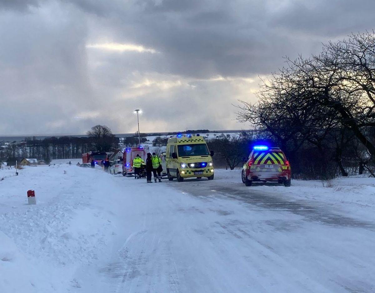 I forbindelse med uheldet er to biler kørt frontalt sammen. Foto: Presse-fotos.dk.