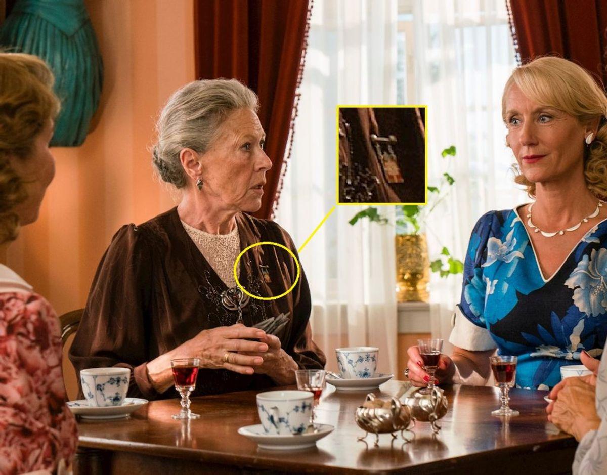 Læg mærke til den royale detalje på fru Fjeldsøs skjorte. Foto: Mike Kollöffel, TV2