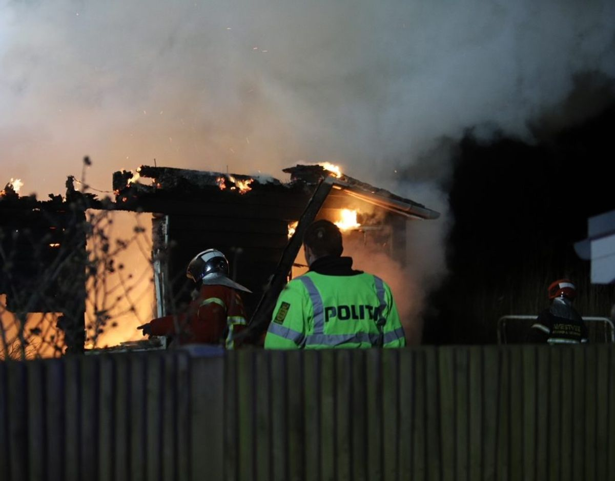 Politiet skal undersøge brandårsagen. Foto: Presse-fotos.dk.