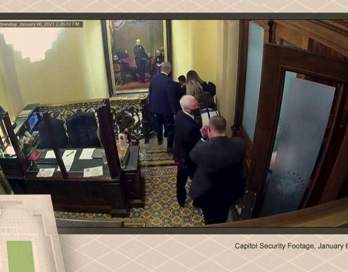 Her bliver vicepræsident Mike Pence ført bort af sikkerhedsvagter. Foto: Senate/Handout via Reuters/Scanpix