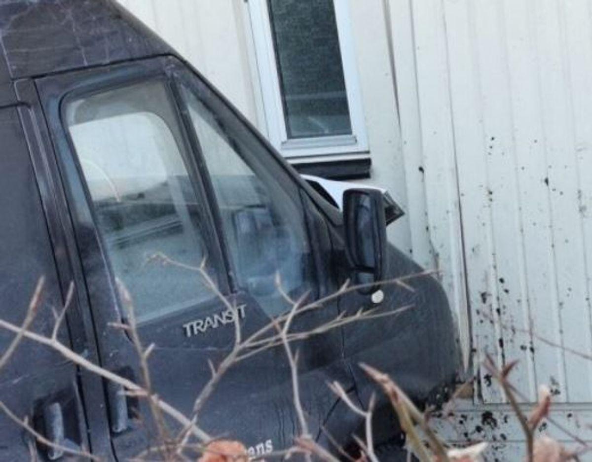 En bil kørte onsdag ind i et hus. KLIK for flere billeder. Foto: Presse-fotos.dk.