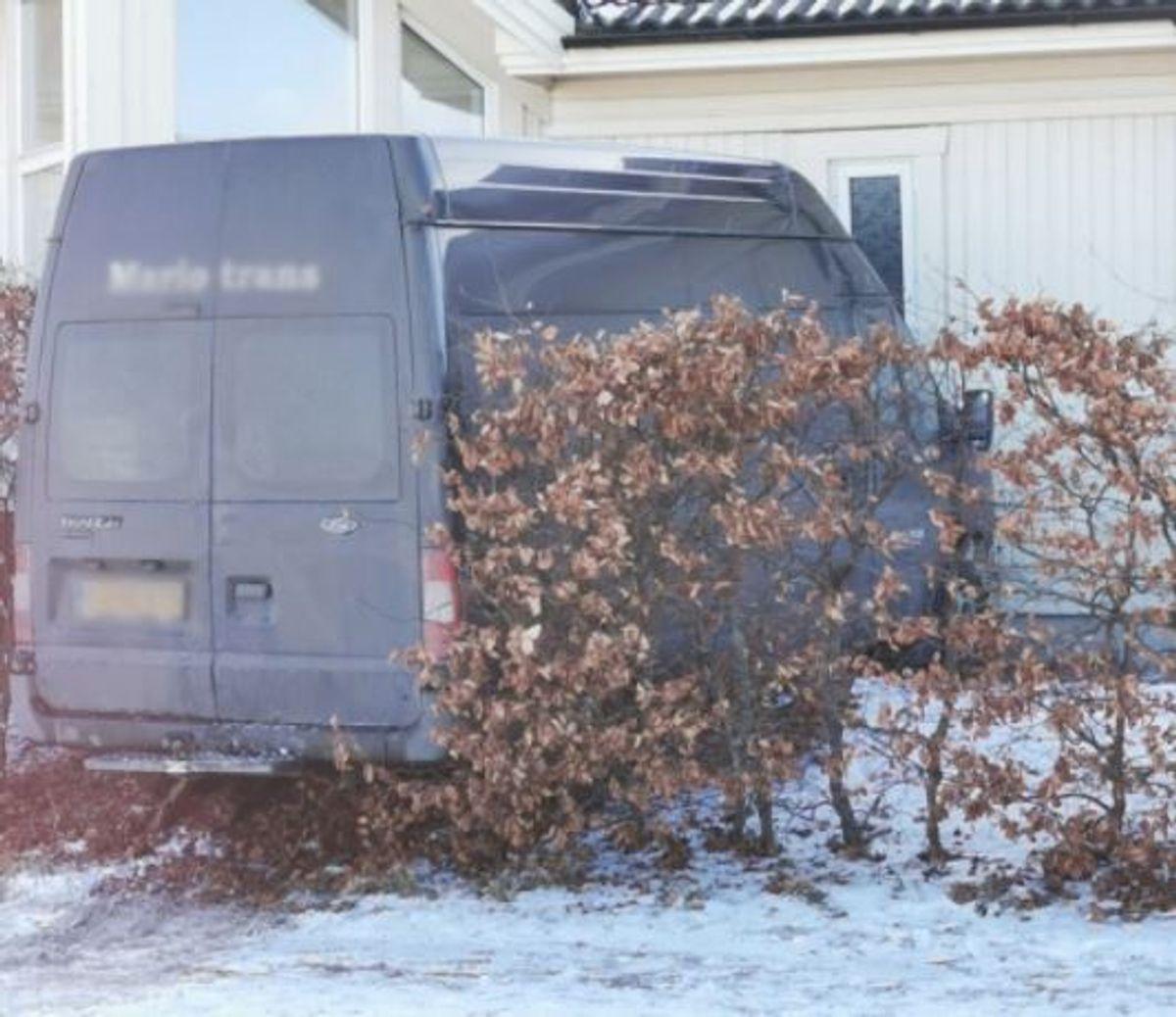 En bil kørte onsdag ind i et hus. Foto: Presse-fotos.dk.