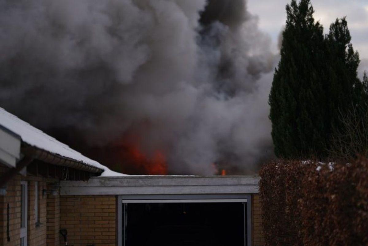 En villa i er totalt overtændt. KLIK FOR FLERE BILLEDER. Foto: Øxenholt Foto.