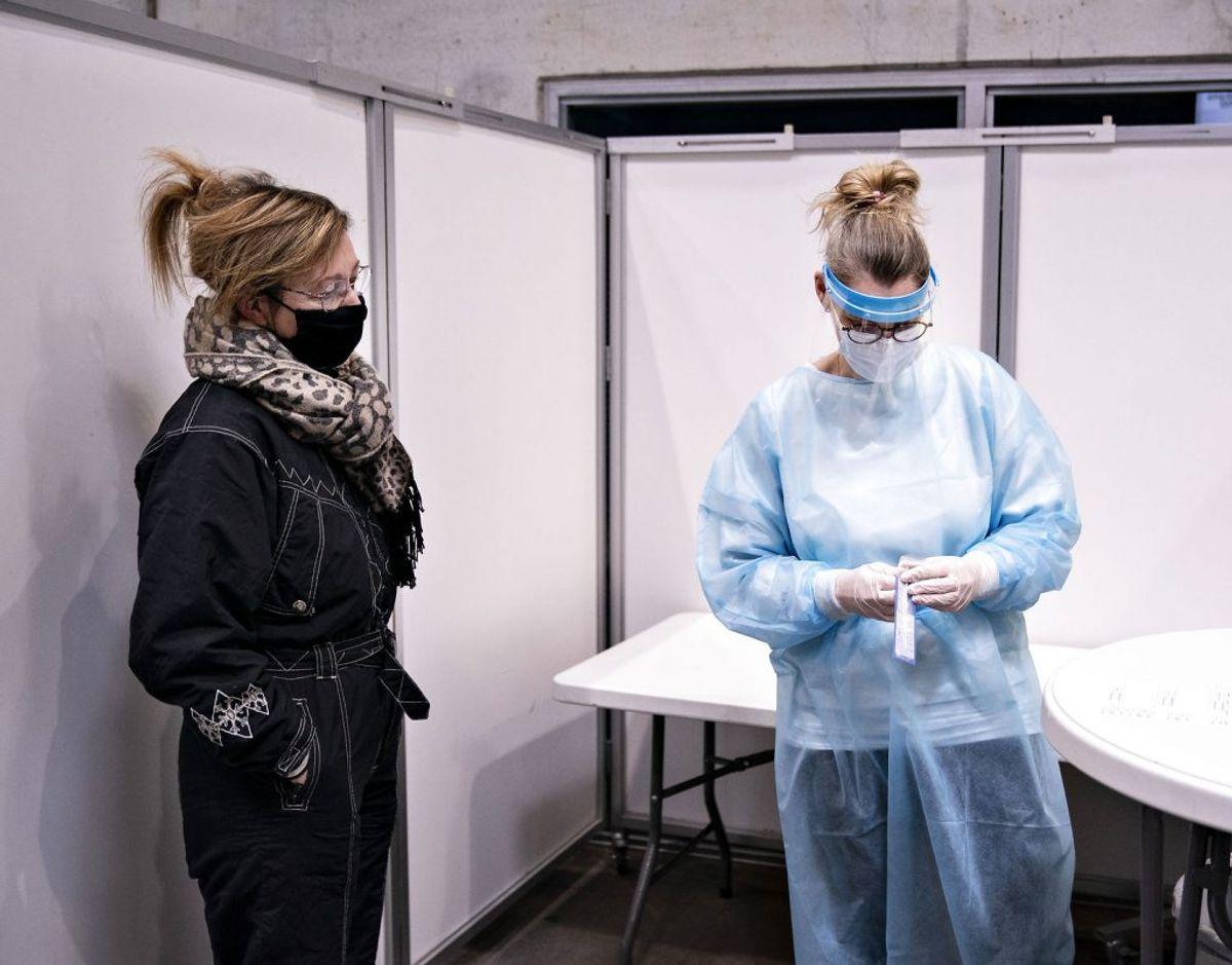 En kvinde står klar til at få foretaget en coronatest. (Foto: Henning Bagger/Ritzau Scanpix)