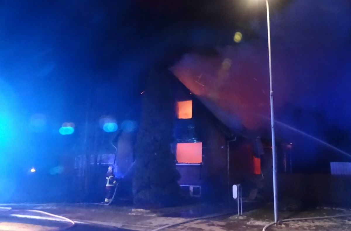 Klokken 01.59 indløb der anmeldelse om branden i en villa, få kilometer fra lagerhallen. Foto: Øxenholt Foto.