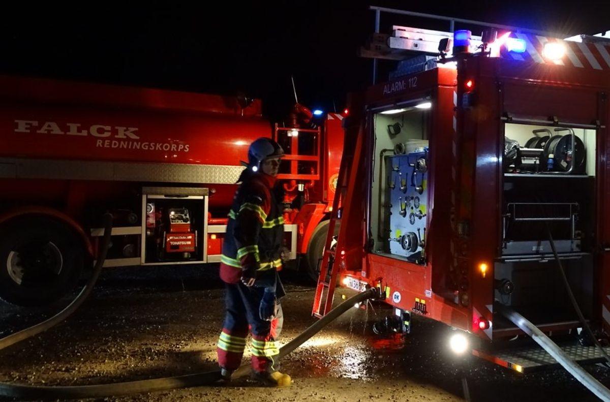 Politi og brandvæsen arbejder på sagen. Foto: Øxenholt Foto.