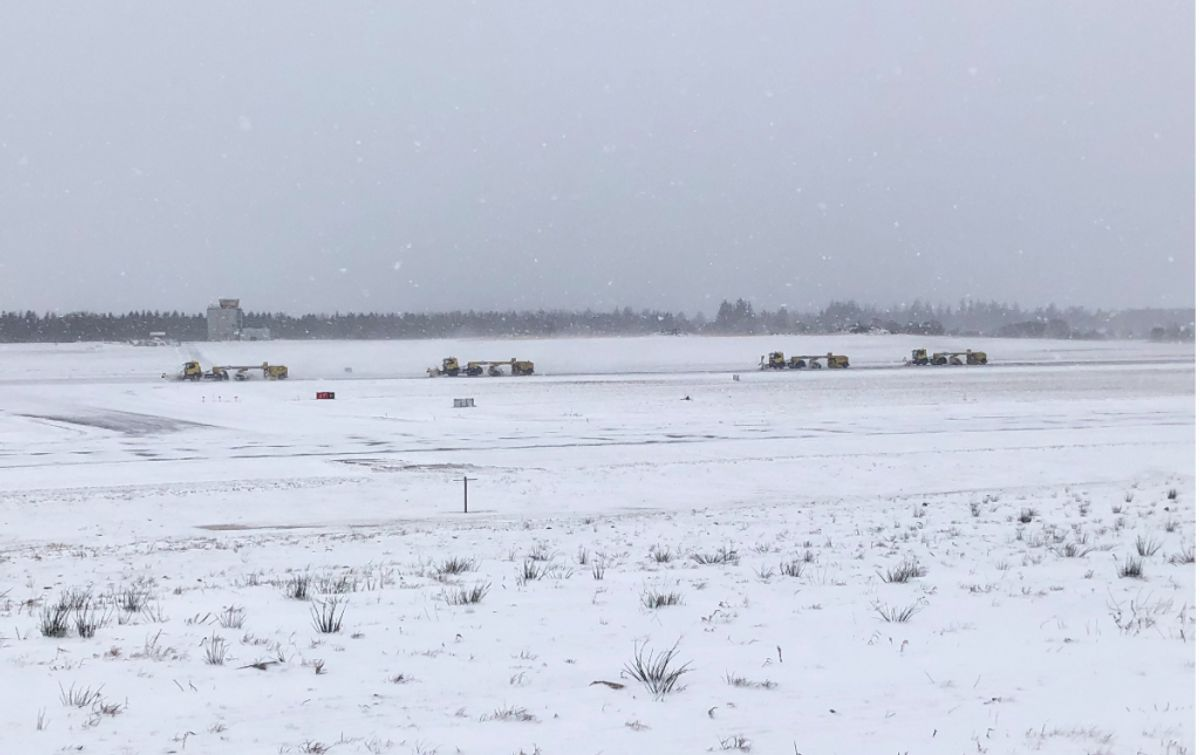Fire sweepere rydder banen i Billund Lufthavn.