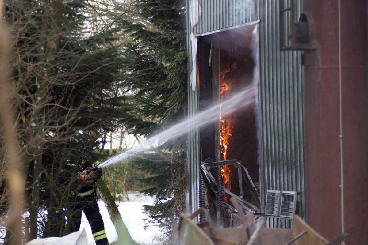 30 mand kæmper lige nu med flammerne i en gårdbrand. KLIK for flere billeder. Foto: Presse-fotos.dk.