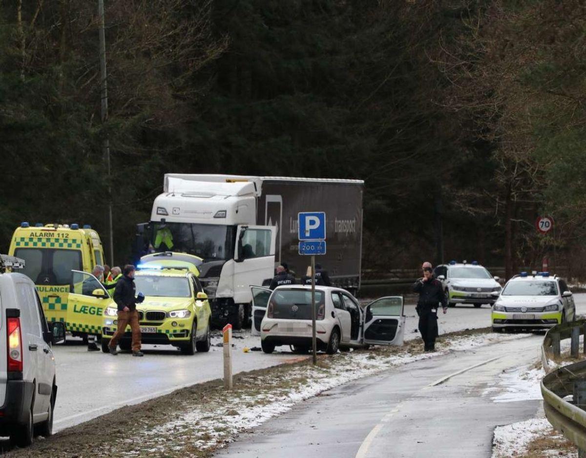 En 21-årig kvinde blev dræbt i en frontalulykke med en lastbil. KLIK for flere billeder. Foto: Øxenholt Foto.