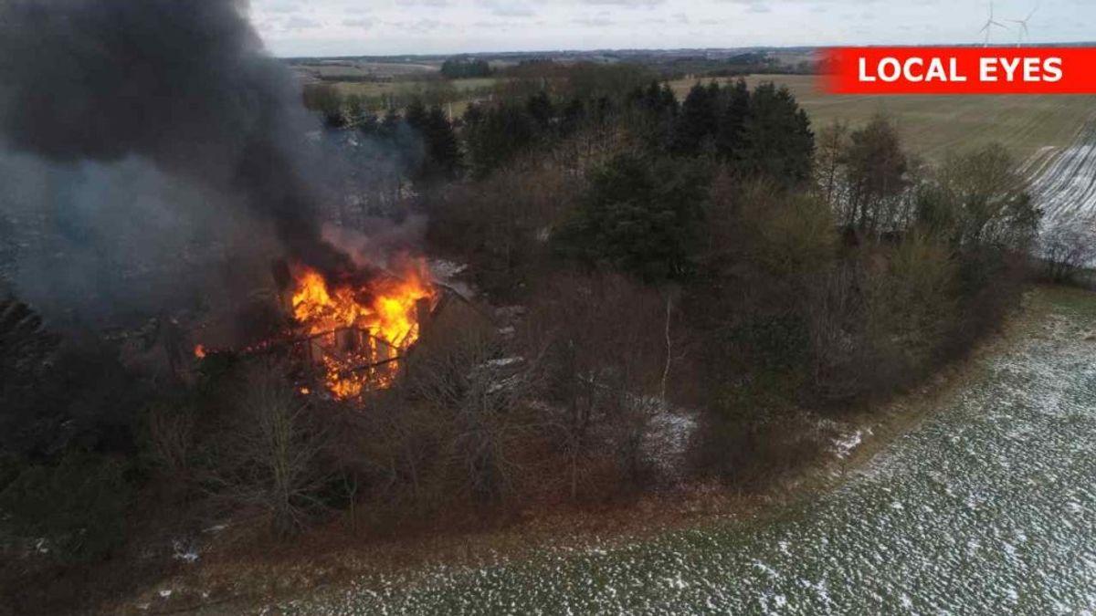 Det brænder i en villa i Hobro. Den er overtændt – også indvendig. KLIK for flere billeder. Foto: Local Eyes.