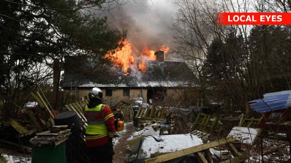 Det brænder i en villa i Hobro. Den er overtændt – også indvendig. KLIK for flere billeder. Foto: Local Eyes..