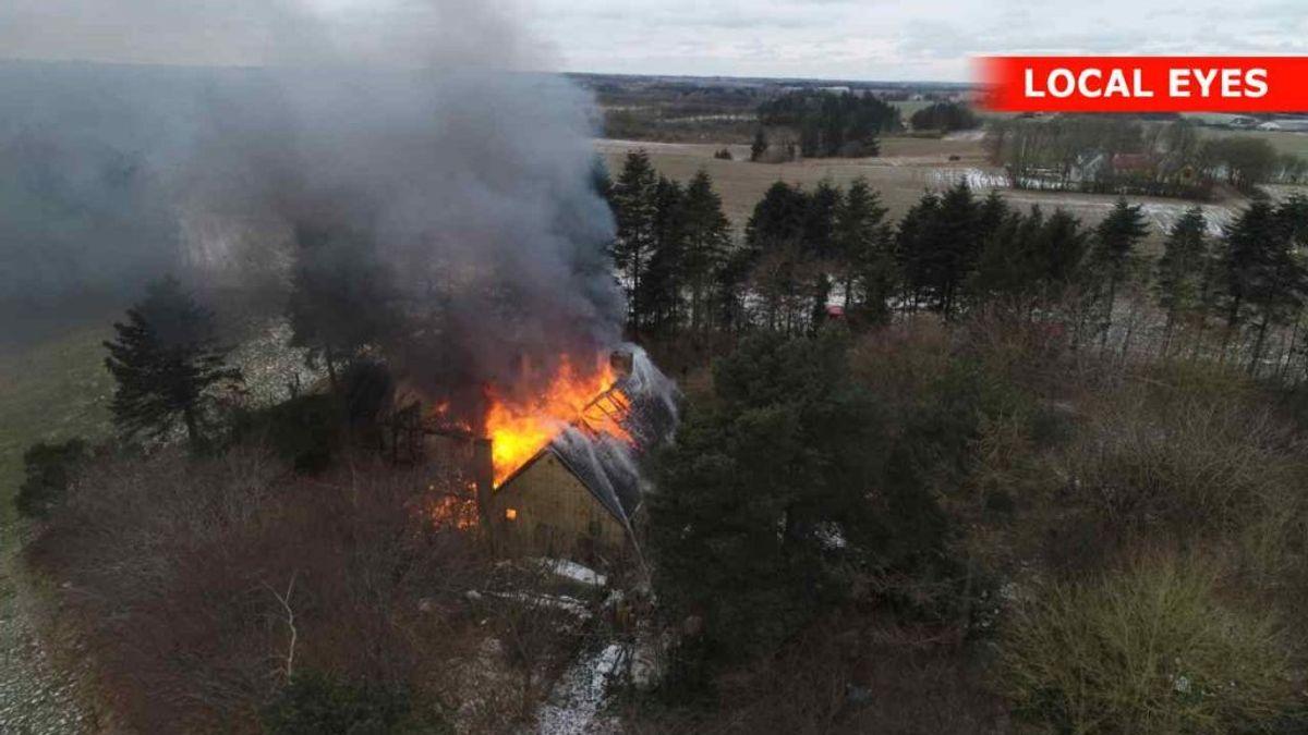 Det brænder i en villa i Hobro. Den er overtændt – også indvendig. Foto: Local Eyes.