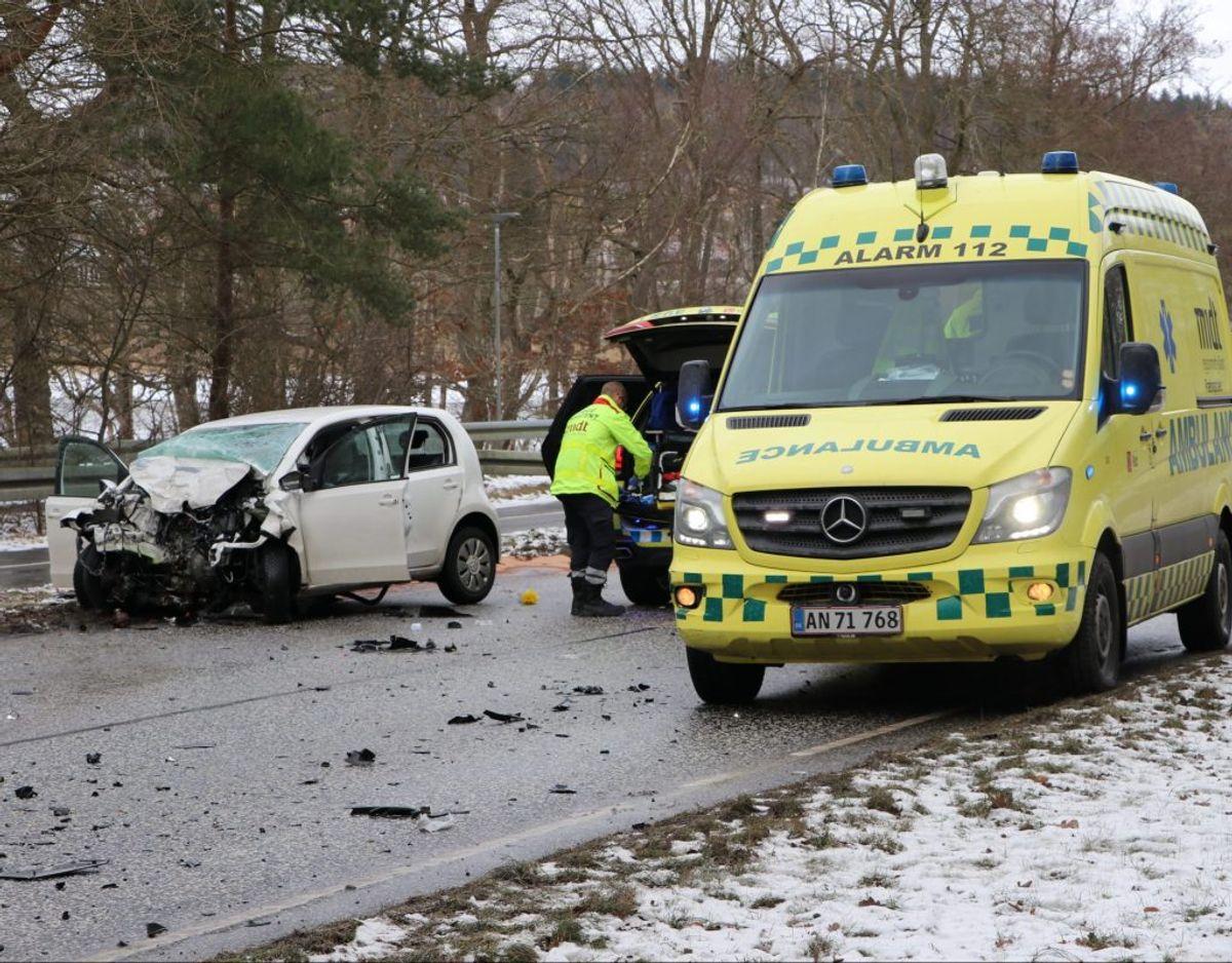 Føreren af personbilen er kommet alvorligt til skade. KLIK FOR FLERE BILLEDER. Foto: Øxenholt Foto