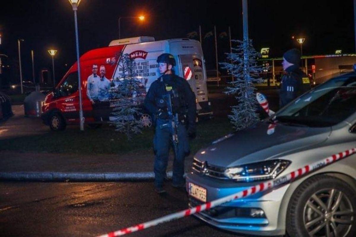 Politiet er fortsat til stede ved supermarkedet. Klik for flere billeder. Foto: Presse-fotos.dk