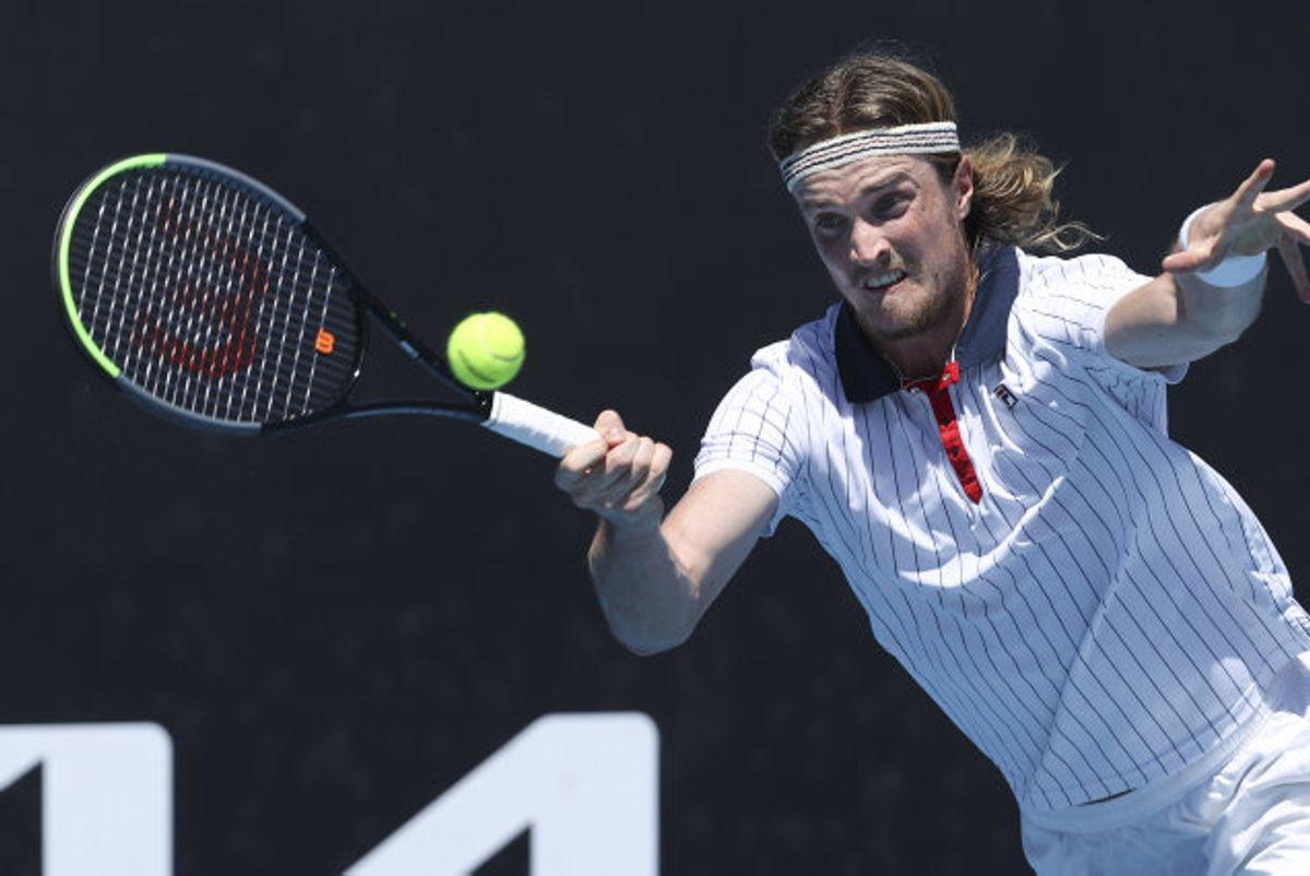 Mikael Torpegaard returnerer et slag fra Lloyd Harris under kampen i første runde af Australian Open, som også blev endestationen for danskeren. Foto: Hamish Blair/Scanpix