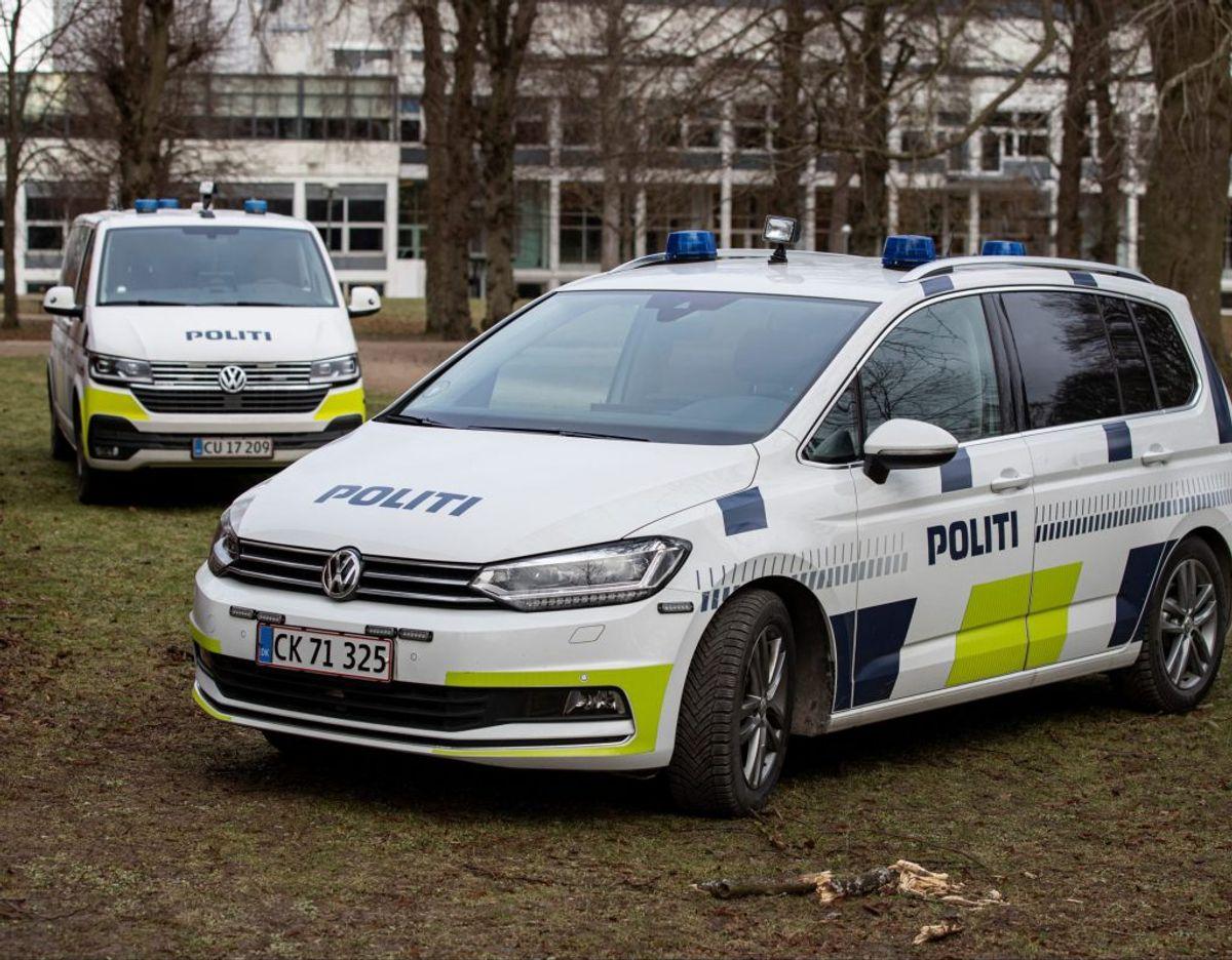 Mandag var politiet talstærkt til stede ved et hotel. KLIK for flere billeder. Foto: Rasmus Skaftved.