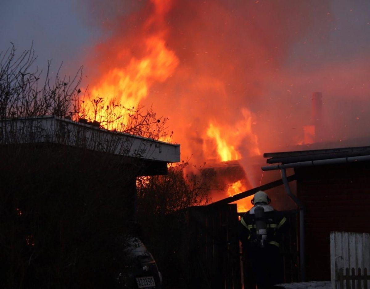 En sommerhus gik mandag op i flammer. KLIK for flere billeder. Foto: Presse-fotos.dk.