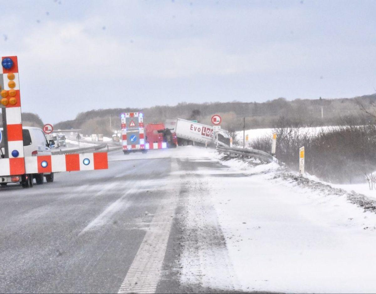 Denne lastbil fjernes på Sønderjyske Motorvej. Foto: Presse-fotos.dk