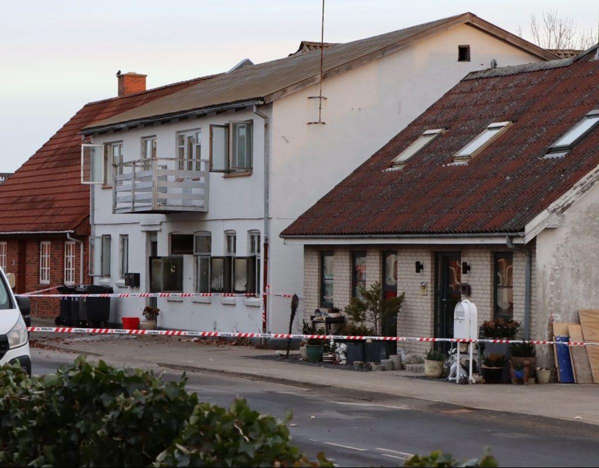 Politiet er mandag markant til stede ved dødsbranden. Foto: Presse-fotos.dk