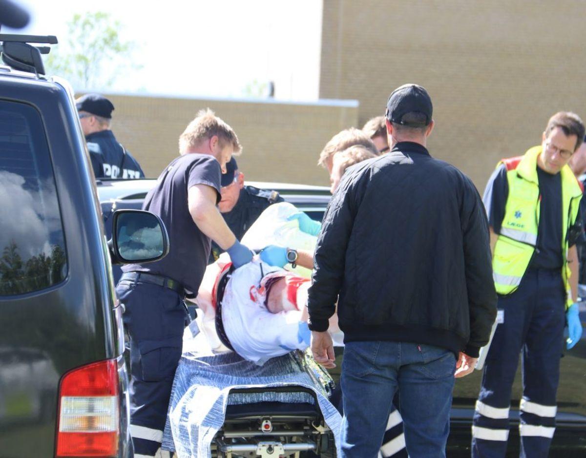 Her bliver manden, som politiet angiveligt skød i benet båret op til ambulancen. Foto: Øxenholt Foto.