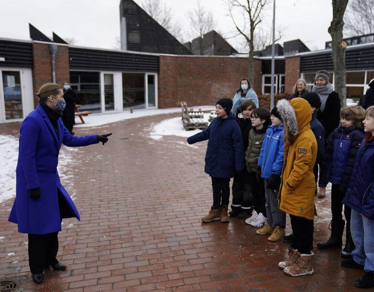 Også statsminister Mette Frederiksen er dukket op. Det er på Allerslev Skole i Lejre Kommune. Klik for flere billeder fra dagen. Foto: Scanpix/Mads Claus Rasmussen