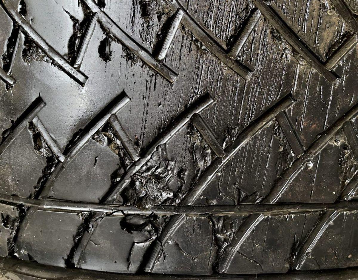 Lastbildæk må være endnu mere tyndslidte end bildæk. For dæk til lastbiler er lovkravet til slidbanemønstret nede på én millimeter. Foto: Massimo Grillo