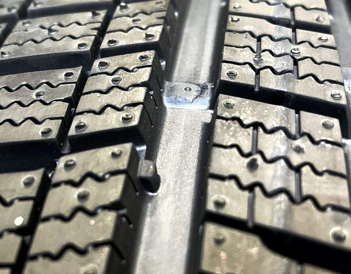 """Det forreste mærke i renden er """"anbefalingsmærket"""" på 3 millimeter. Længere fremme i renden kan man se lovmærket på 1.6 millimeter. Foto: Massimo Grillo"""