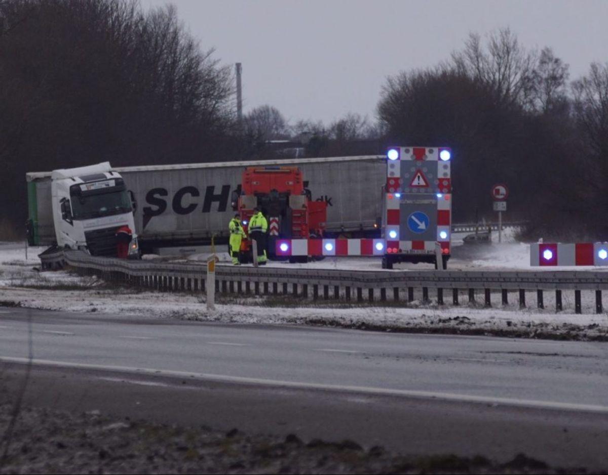 En lastbil har sat sig på tværs af motorvejen. KLIK for mere info. Foto: Presse-fotos.dk.