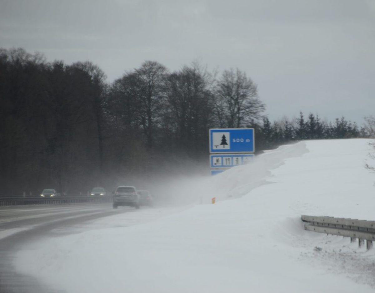 Politiet advarer om snefygning på vejene. KLIK FOR FLERE BILLEDER FRA E45 SØNDAG EFTERMIDDAG. Foto: Presse-fotos.dk