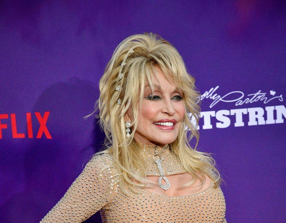 Dolly Parton har indvilget i en 'lettere' omskrivning af sit megashit '9 To 5', der er blevet til '5 To 9' som hun selv synger i en reklame for virksomheden Squarespace, og som skal ud i æteren i forbindelse med Super Bowl den 7. februar. Klik videre for flere billeder. Foto: Scanpix/REUTERS/Charles Mostoller