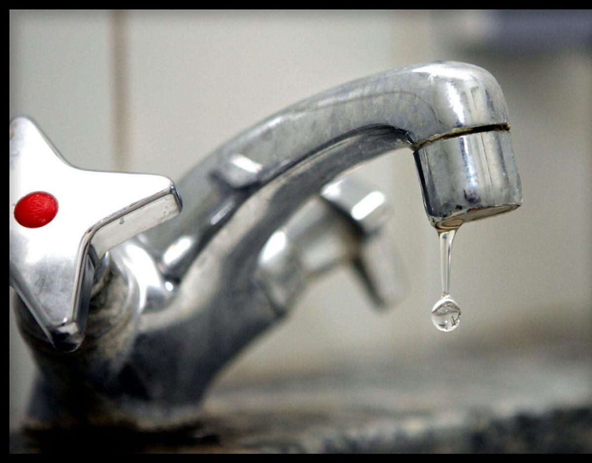 Vandet. Det varme vand kommer fra en varmtvandsbeholder, der kan være bakterier i – de kan være dødelige som f.eks. legionella – og det hjælper ikke nødvendigvis at koge vandet i en almindelig elkedel.